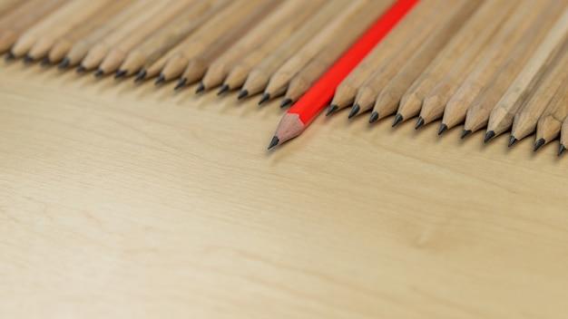 Diverse matite standout mostrano il concetto di leadership.