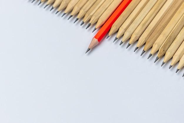 Concetto differente di direzione di manifestazione dello standout della matita.