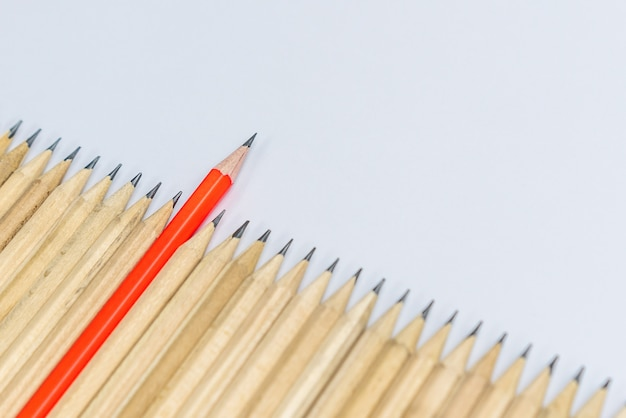 Concetto differente di direzione di manifestazione dello standout della matita differente.