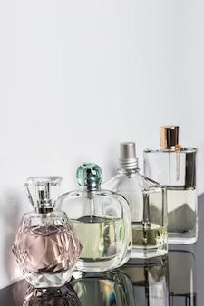 Diverse bottiglie di profumo con riflessi. profumeria, cosmetici