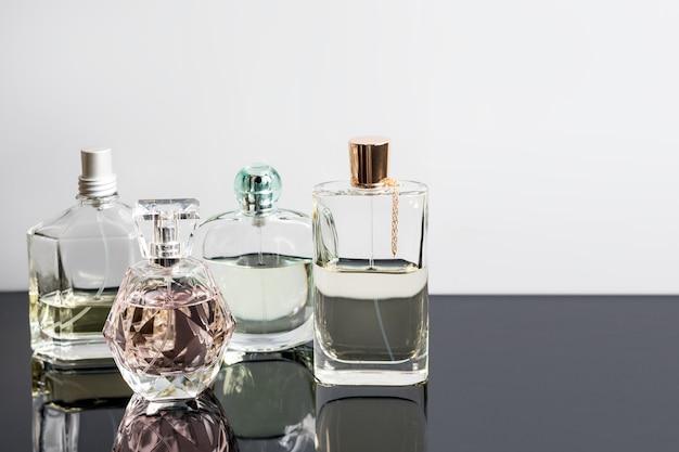 Diverse bottiglie di profumo con riflessi