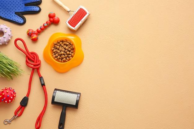 Diversi accessori per la cura degli animali domestici su sfondo di colore