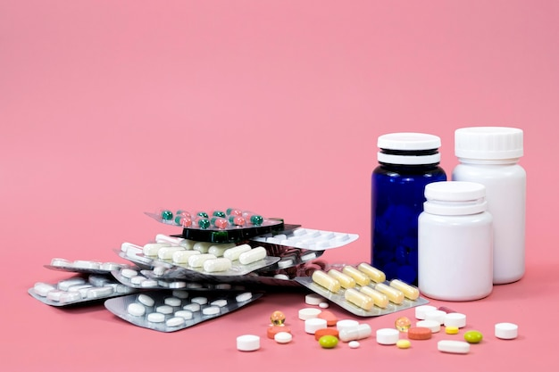 Diversi contenitori per pillole e fogli con spazio di copia