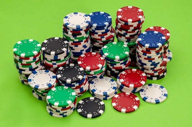 Diverse fiches da poker sul tavolo del casinò