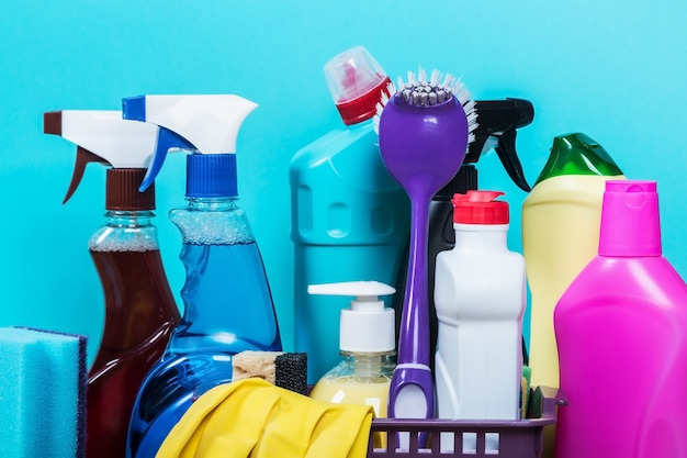 Diversi prodotti e oggetti per la pulizia sul piano di lavoro della cucina