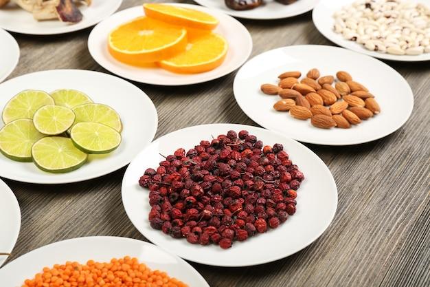Diversi prodotti su piattini su tavola di legno