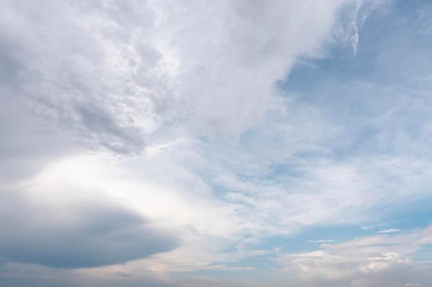 Diverse forme di nuvole bianche