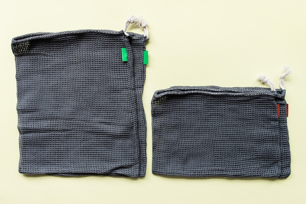 Diverse dimensioni di sacchetti ecologici in rete grigia per lo shopping di frutta e verdura
