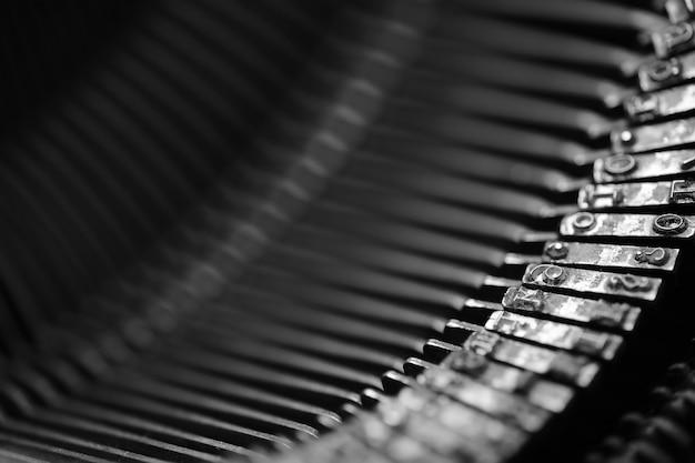 Diversi piccoli elementi metallici di una vecchia macro di macchina da scrivere