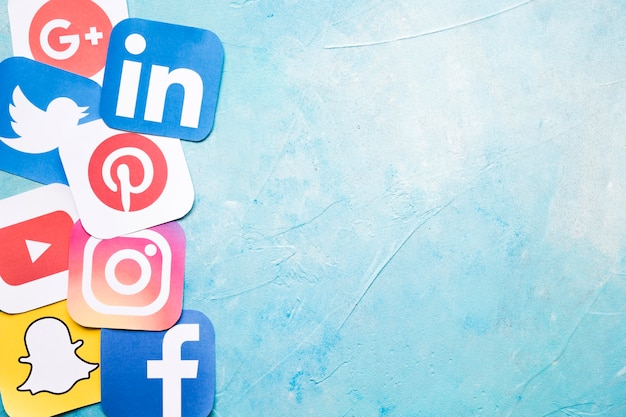 Icone differenti di media sociali sulla parete dipinta blu