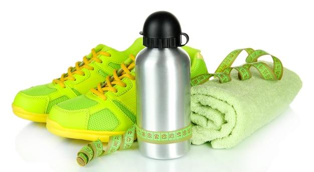 Diversi strumenti per lo sport isolati su bianco