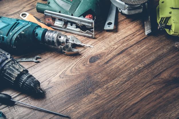 Diversi strumenti sulla scrivania in legno