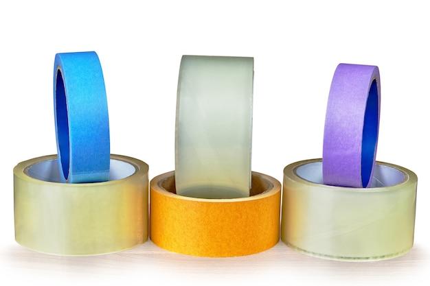Sono allineati diversi tipi di nastro adesivo.