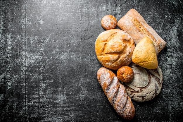 Diversi tipi di pane. su rustico scuro