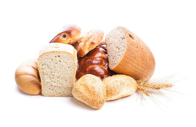 Diversi tipi di pane e focacce isolati su bianco