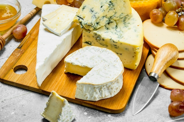 Diversi tipi di formaggio. su un rustico.