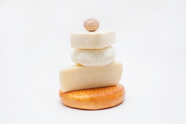 Diversi tipi di formaggio impilati uno sopra l'altro sotto forma di piramide
