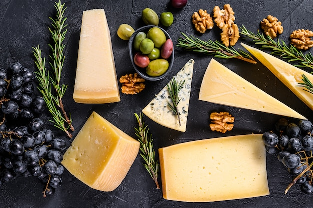 Diversi tipi di deliziosi formaggi, noci e uva. vista dall'alto