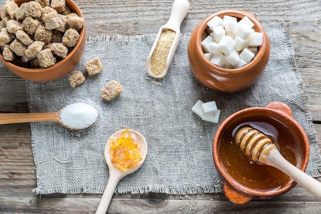 Diversi tipi e forme di zucchero