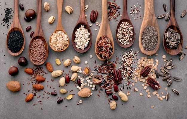 Diversi tipi di cereali e cereali su cucchiai