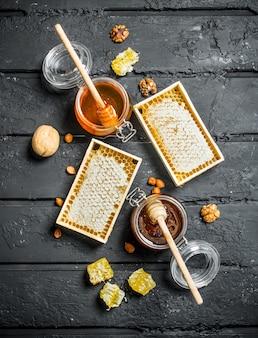 Diversi tipi di miele. su uno sfondo nero rustico.
