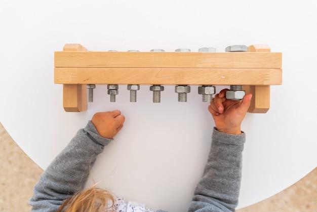 Diversi tipi di materiale educativo montessori da utilizzare nelle scuole per bambini nella scuola primaria e primaria.