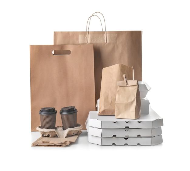 Diversi tipi di pacchetti sul muro bianco. servizio di consegna cibo
