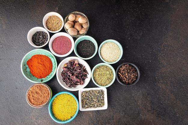 Diversi tipi di spezie mix di condimenti pungenti e piccanti erbe aromatiche macinate porzione fresca