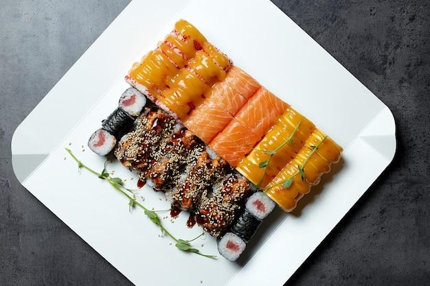 Diversi tipi di sushi in scatole