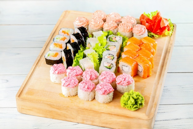 Diversi tipi di sushi su tavola di legno.