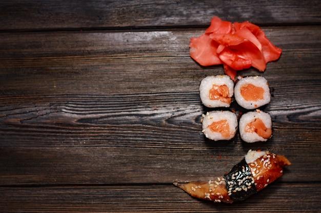Diversi tipi di sushi su un tavolo di legno