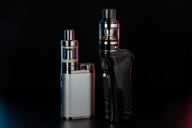 Diversi tipi di dispositivi di svapo su sfondo nero