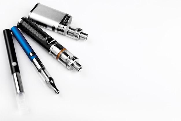 Diversi tipi di dispositivi di svapo su sfondo bianco