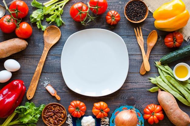 Diversi tipi di verdure, su un vecchio tavolo di legno