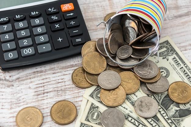 Diverso centesimo americano, una moneta da un dollaro sulla scrivania in legno