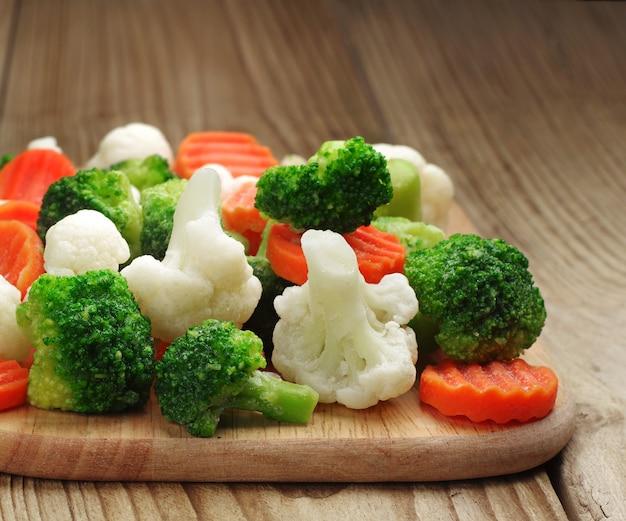 Diverse verdure congelate su un tagliere