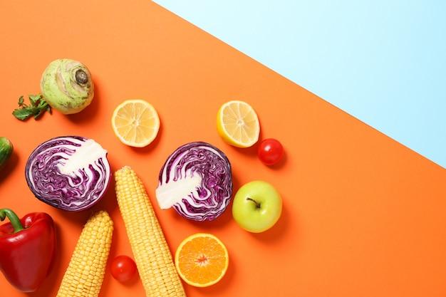 Diverse verdure e frutta su due toni