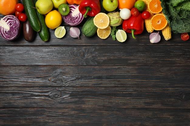 Verdure e frutta differenti su di legno
