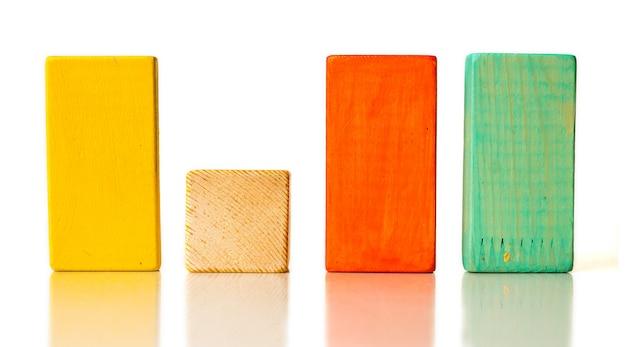 Diversi blocchi di legno su sfondo bianco
