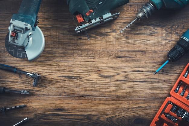 Diversi strumenti di lavoro sullo sfondo della tabella