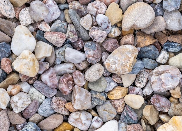 Pietre multicolori diverse da minerali e quarzo, vista dall'alto.