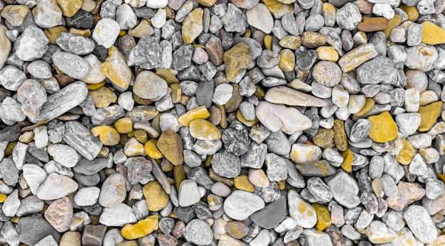 Pietre colorate gialle e grigie diverse da minerali e quarzo, vista dall'alto.