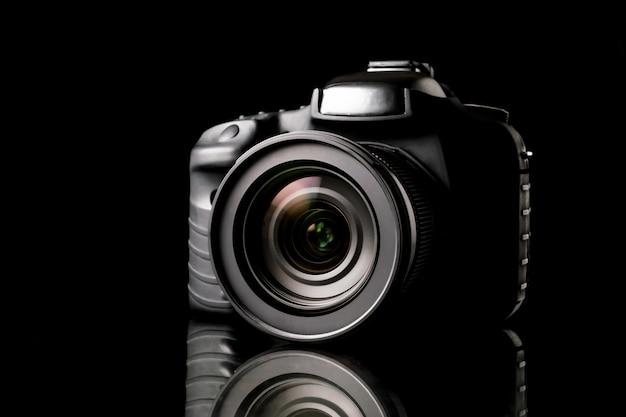 Fotocamera digitale su sfondo nero.