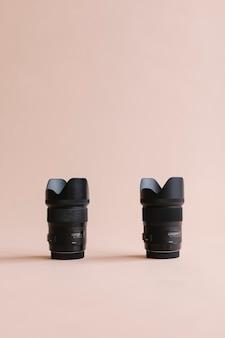 Obiettivo della fotocamera digitale in studio rosa