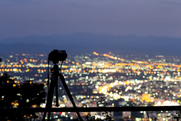 Fotocamera digitale su treppiede che cattura la vista notturna della città