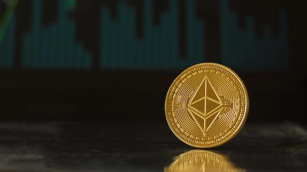 Una moneta digitale fusa in oro sullo sfondo di uno schermo con un grafico di scambio.