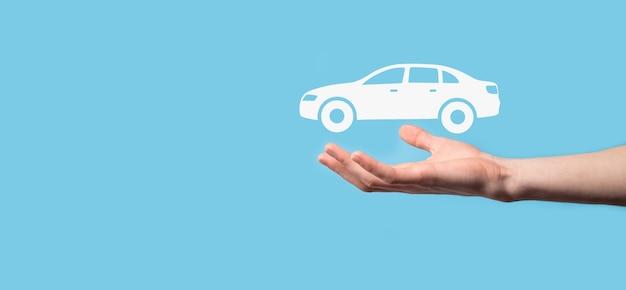 Composito digitale dell'uomo che tiene l'icona dell'auto. assicurazione automobilistica per auto e concetto di servizi per auto. uomo d'affari con gesto d'offerta e icona dell'auto
