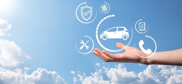Composito digitale dell'uomo che tiene l'icona dell'auto. assicurazione automobilistica per auto e concetto di servizi per auto. uomo d'affari con gesto d'offerta e icona dell'auto.