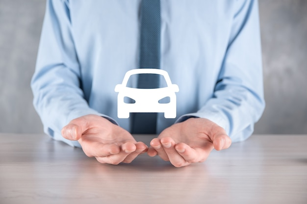 Composito digitale di man holding car icon.car automobile assicurazione e concetto di servizi auto.