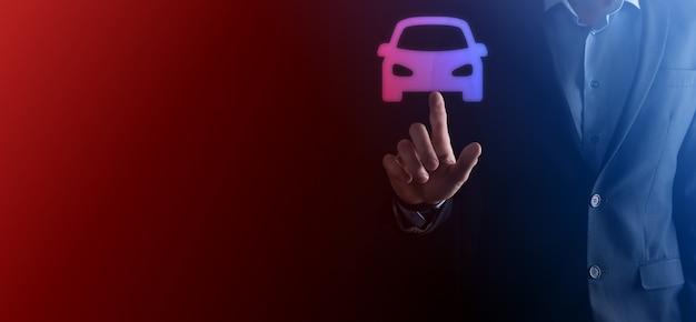 Composito digitale dell'uomo che tiene l'icona dell'auto. assicurazione automobilistica per auto e concetto di servizi per auto.